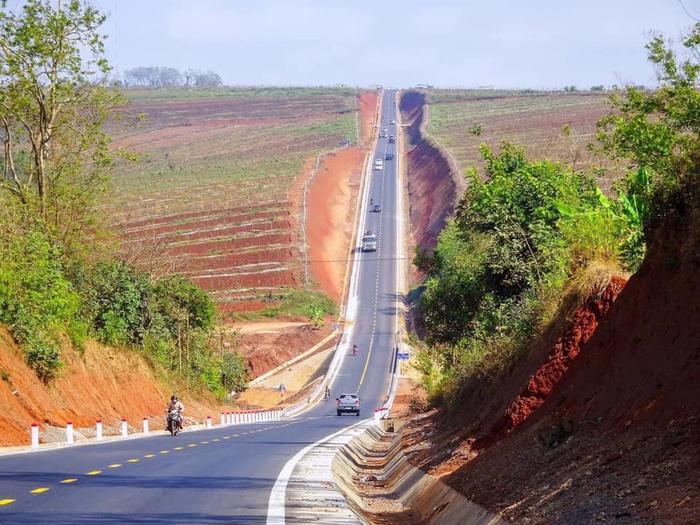 Hoảng hồn với những con đường dựng thẳng đứng ở Tây Nguyên - Ảnh 7.