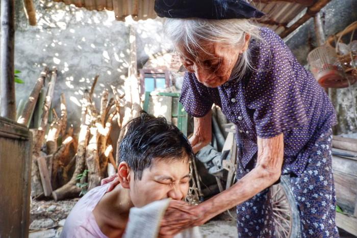 Bà ngoại 95 tuổi chăm cháu gái 22 tuổi tâm thần - Ảnh 3.
