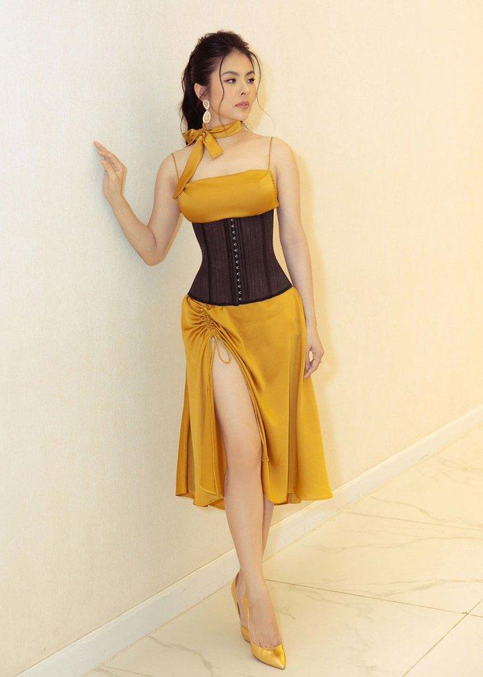Mặc corset ra đường: Người khoe eo thon nuột nà, người phối đồ chẳng liên quan - Ảnh 2.