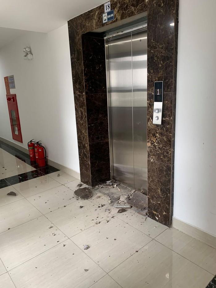 Đá ốp lát ở cửa thang máy bị rơi ụp xuống khiến nhiều người lo lắng, bức xúc.