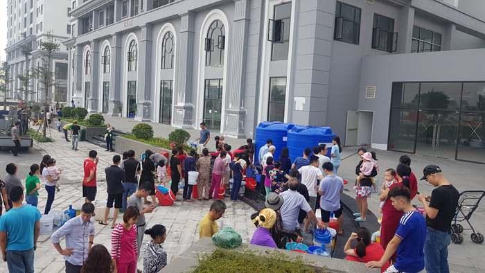 Hàng nghìn cư dân Hateco Xuân Phương từng phải xếp hàng xách nước vào tháng 11/2019
