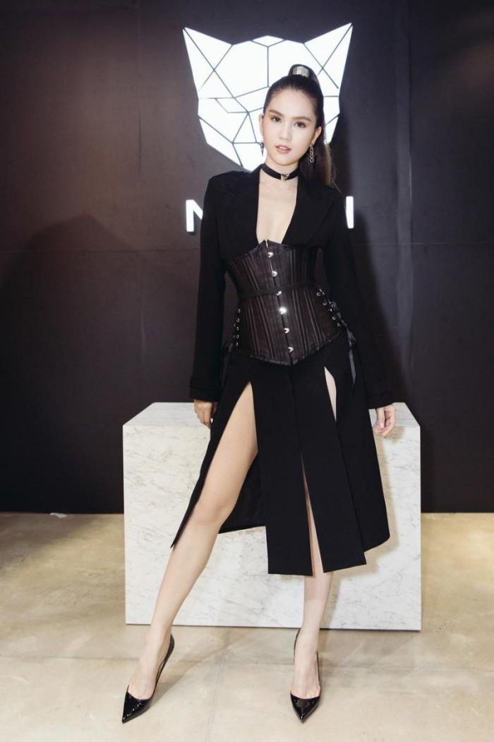 Mặc corset ra đường: Người khoe eo thon nuột nà, người phối đồ chẳng liên quan - Ảnh 15.