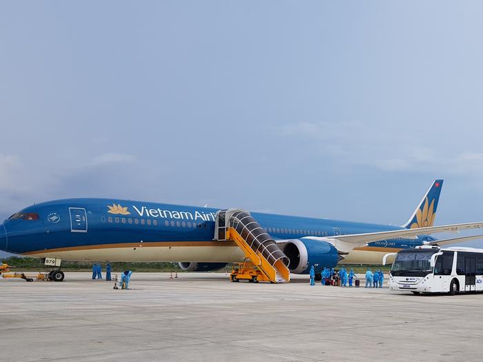 """""""Giải cứu"""" 700 du khách đầu tiên đang mắc kẹt ở Đà Nẵng về Hà Nội và TP.HCM - Ảnh 1."""
