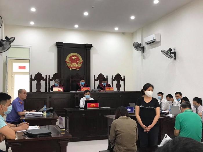 Bị cáo Nguyễn Bích Quy tại phiên tòa sáng nay (đeo khẩu trang trắng) - ảnh Hà Khê