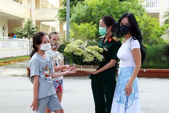 Mẹ con Hồng Nhung cùng cán bộ khu cách ly Trung đoàn 244, Uông Bí, Quảng Ninh