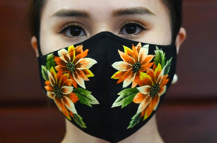 Nhà thiết kế Đỗ Quyên Hoa thêu họa tiết hoa văn lên khẩu trang