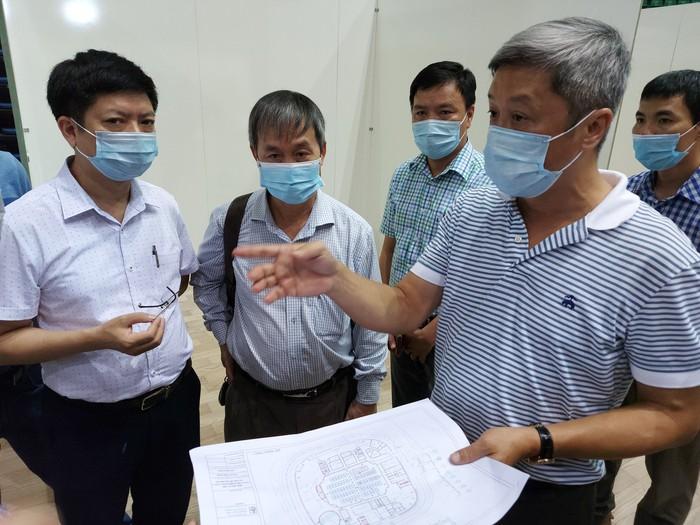Thứ trưởng Bộ Y tế, Trưởng Bộ phận thường trực đặc biệt chống dịch COVID-19 kiểm tra tại hiện trường. Ảnh: SKĐS