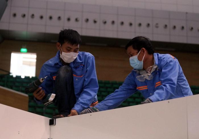 Đà Nẵng gấp rút hoàn thiện bệnh viện dã chiến điều trị cho bệnh nhân Covid-19 - Ảnh 1.