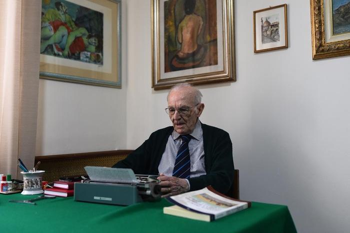 Ông Giuseppe Paterno sử dụng chiếc máy chữ do mẹ tặng năm 1983 trong quá trình học tập. Ảnh: reuters