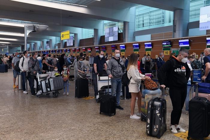 Nga mở lại một phần các chuyến bay quốc tế - Ảnh 2.