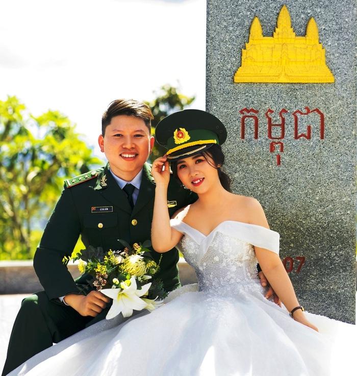 Ảnh cưới của vợ chồng Liêm - Ngọc tại cột mốc biên giới Ảnh: NVCC