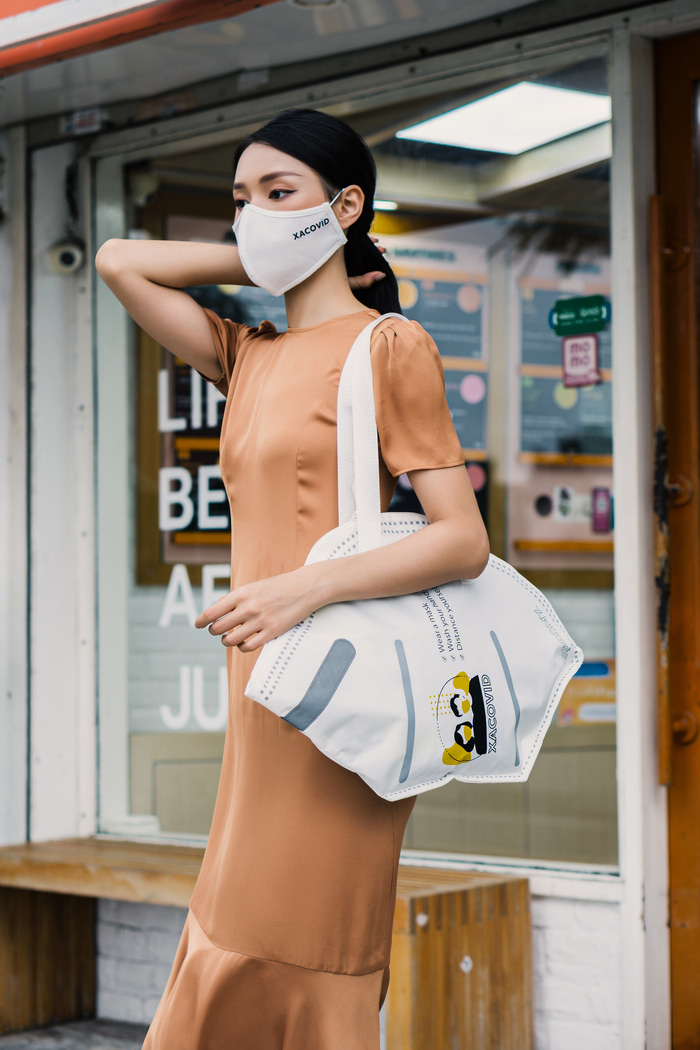 Lấy cảm hứng từ chiếc khẩu trang thiết kế túi xách, truyền thông điệp chống dịch  - Ảnh 3.