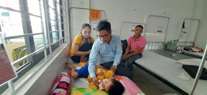 Báo Phụ nữ Việt Nam thăm và tặng quà bé trai 7 tuổi ở Hà Tĩnh bị xe tông nguy kịch - Ảnh 1.