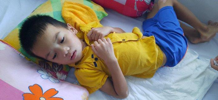 Báo Phụ nữ Việt Nam thăm và tặng quà bé trai 7 tuổi ở Hà Tĩnh bị xe tông nguy kịch - Ảnh 2.