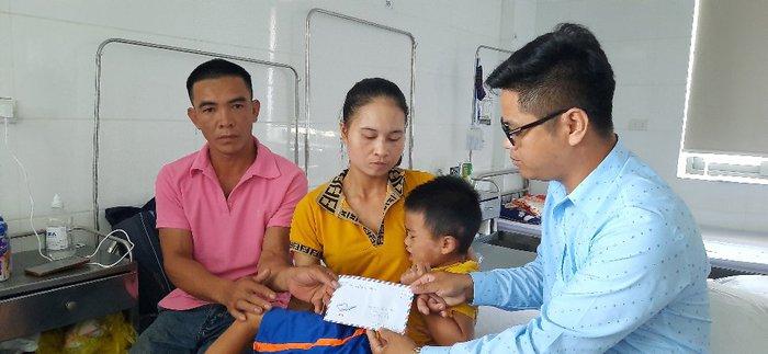 Báo Phụ nữ Việt Nam thăm và tặng quà bé trai 7 tuổi ở Hà Tĩnh bị xe tông nguy kịch - Ảnh 3.