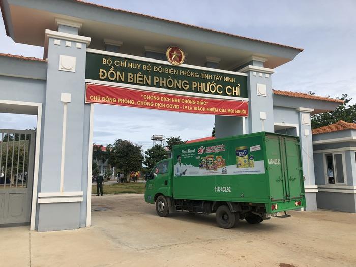Xe hàng NutiFood đang vận chuyển những chai nước uống dinh dưỡng vào đồn biên phòng Phước Chỉ