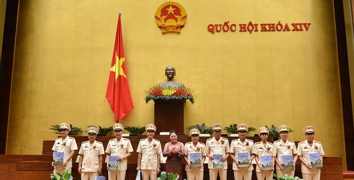 Chủ tịch Quốc hội gặp mặt điển hình tiên tiến lực lượng công an nhân dân - Ảnh 2.