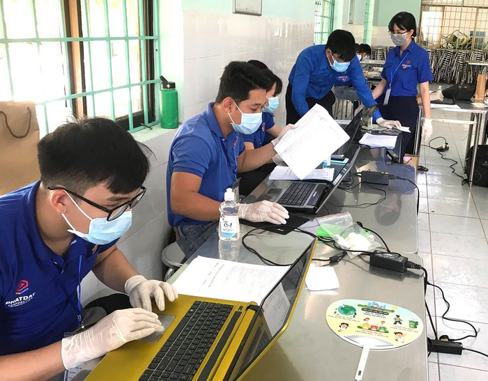 Sinh viên tình nguyện hỗ trợ nhập dữ liệu tại khu cách ly y tế Ký túc xá Đại học Quốc gia TPHCM - Ảnh Thái Phương