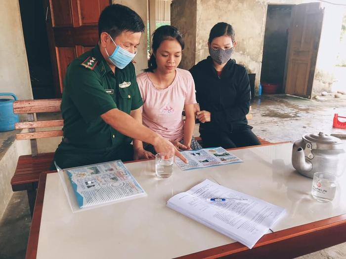 Bộ đội biên phòng Cửa khẩu Quốc tế Cầu Treo đến từng hộ gia đình tuyên truyền người dân phòng chống dịch   - Ảnh 2.