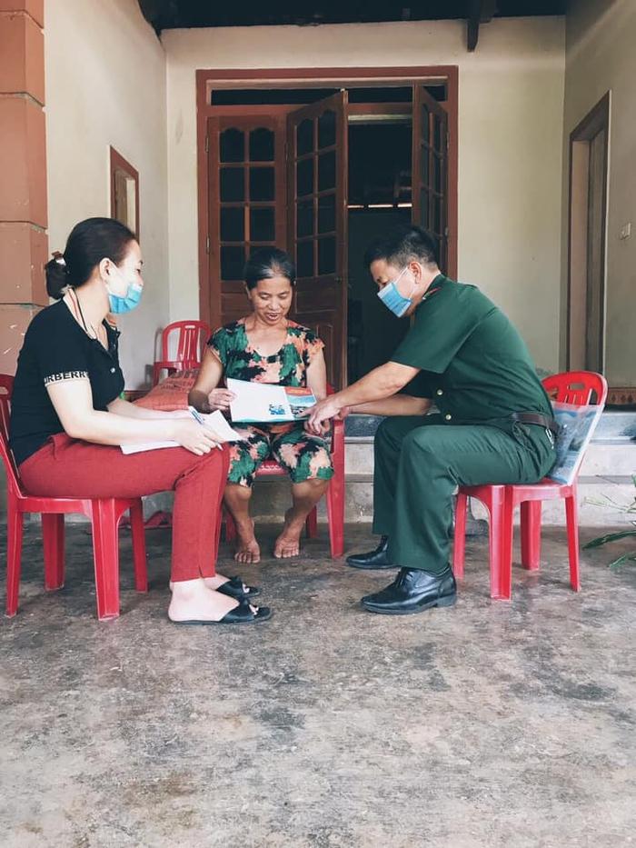 Bộ đội biên phòng Cửa khẩu Quốc tế Cầu Treo đến từng hộ gia đình tuyên truyền người dân phòng chống dịch   - Ảnh 1.