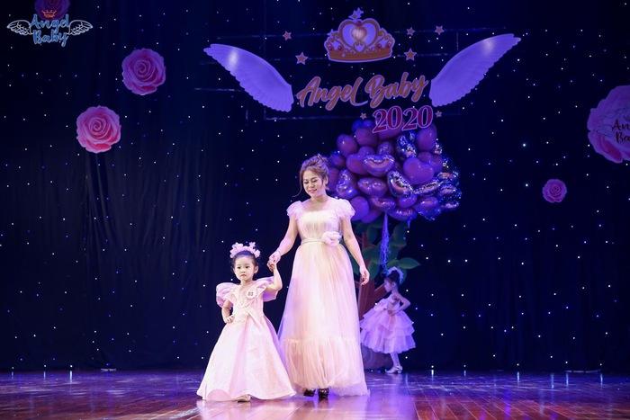 Mẫu nhí Kang Su A và mẹ trên sàn catwalk