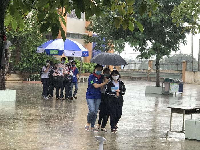 TPHCM: Mưa như trút nước trong buổi chiều thi môn Toán - Ảnh 1.