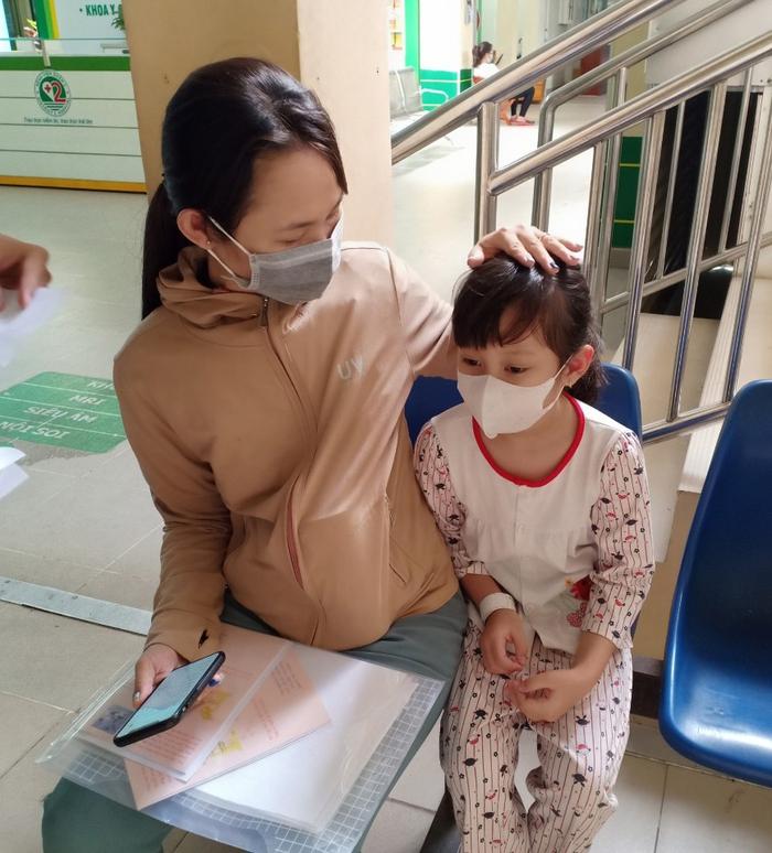 TPHCM: Phụ huynh hé lộ nguyên nhân trước vụ nghi ngộ độc thực phẩm khiến hàng chục học sinh nhập viện?  - Ảnh 1.