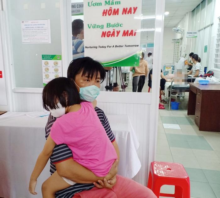 Hàng chục học sinh ở TPHCM nhập viện: Phụ huynh nghi con bị ngộ độc thực phẩm do thức ăn tại trường  - Ảnh 4.