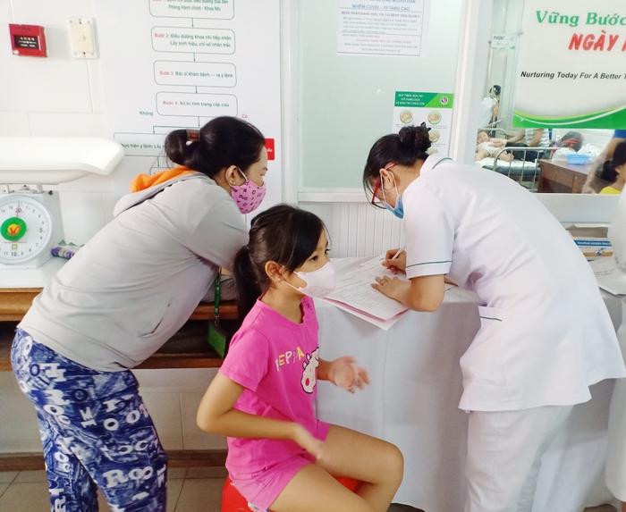 TPHCM: Phụ huynh hé lộ nguyên nhân trước vụ nghi ngộ độc thực phẩm khiến hàng chục học sinh nhập viện?  - Ảnh 2.