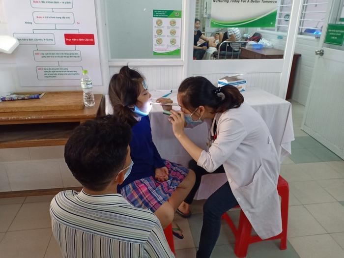 Hàng chục học sinh ở TPHCM nhập viện: Phụ huynh nghi con bị ngộ độc thực phẩm do thức ăn tại trường  - Ảnh 3.