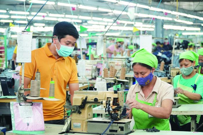 Ông Nguyễn Cao Việt, Tổng Giám đốc Công ty TNHH May TexHong Thái Bình, trao đổi tình hình công việc với công nhân