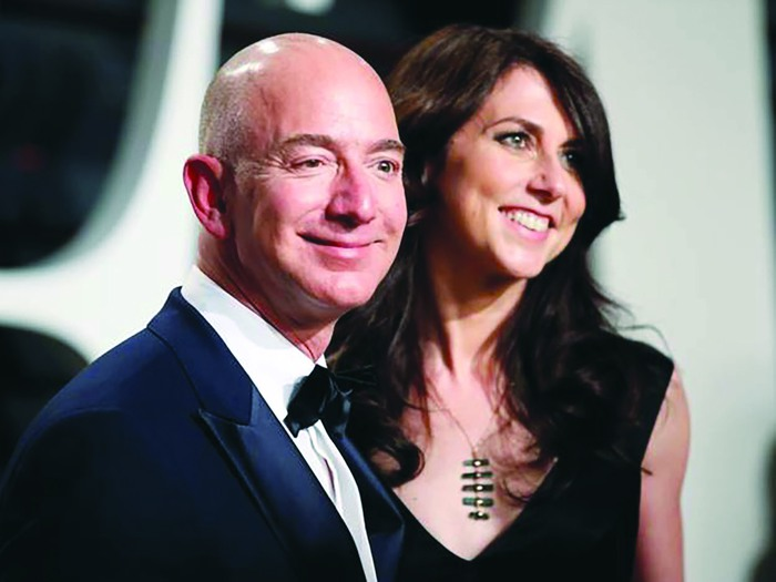 MacKenzie Scott cùng chồng Jeff Bezo khi chưa ly hôn Ảnh: AP