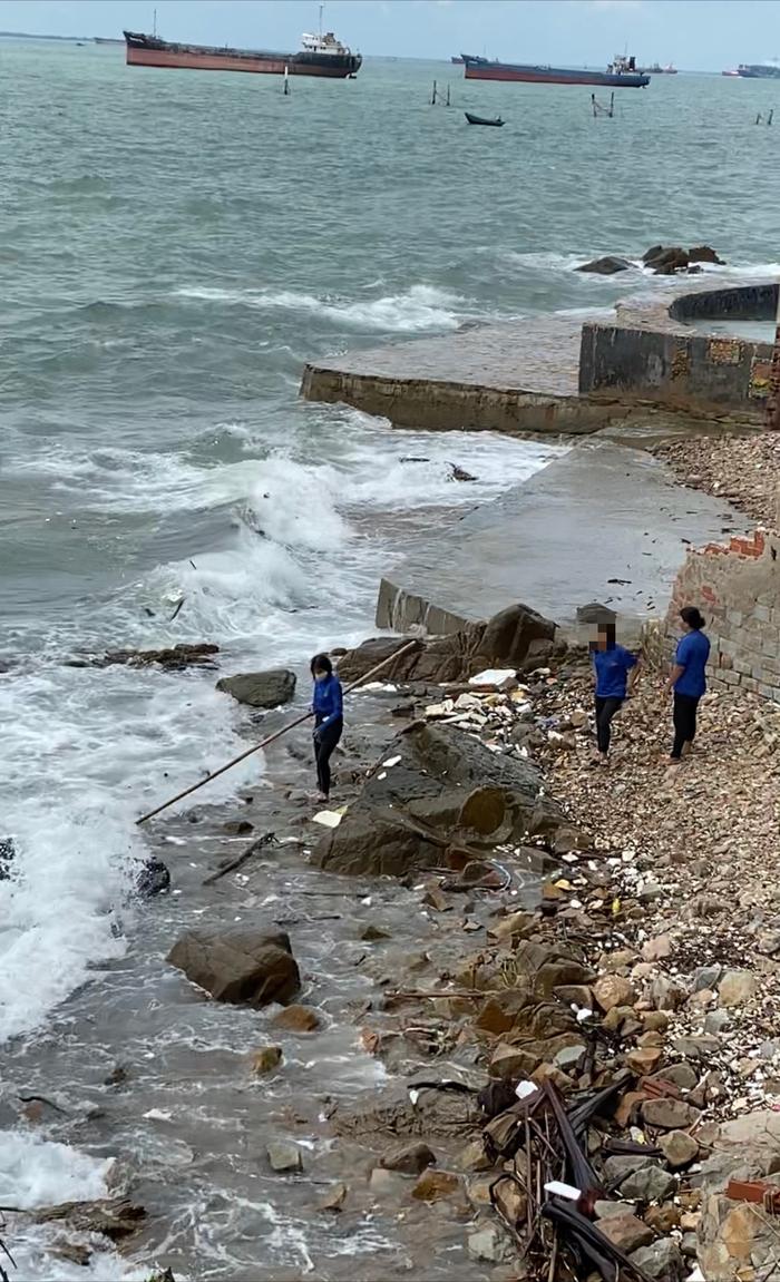 Phẫn nộ vì nhân viên quán cà phê vứt hàng chục bao tải rác xuống biển Vũng Tàu - Ảnh 6.