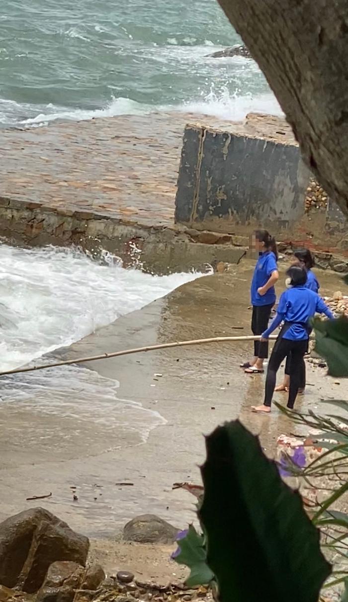 Phẫn nộ vì nhân viên quán cà phê vứt hàng chục bao tải rác xuống biển Vũng Tàu - Ảnh 4.