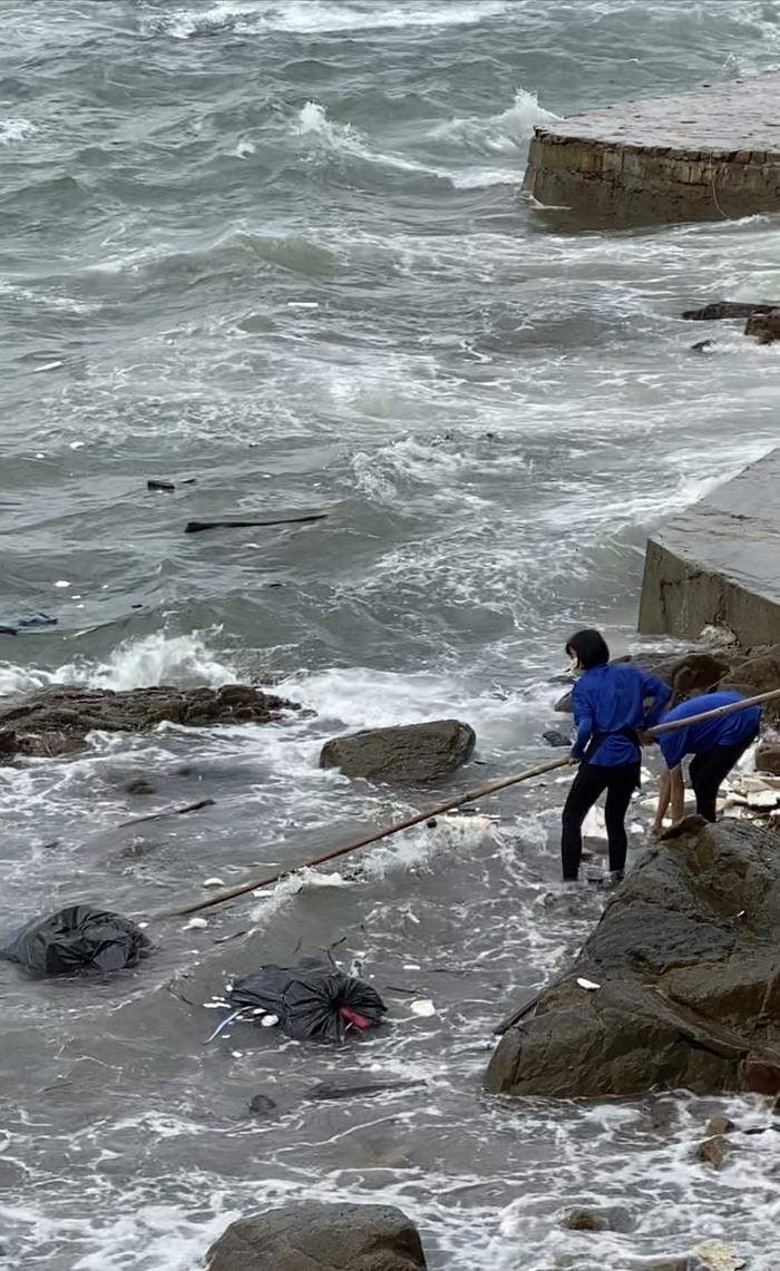 Phẫn nộ vì nhân viên quán cà phê vứt hàng chục bao tải rác xuống biển Vũng Tàu - Ảnh 5.