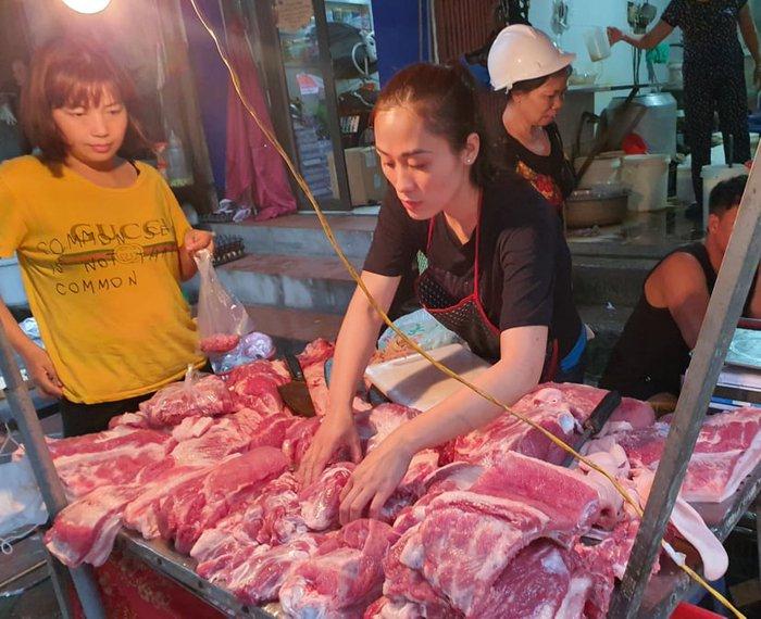 Thị trường thịt lợn: Siêu thị tăng giá nhẹ, chợ truyền thống nghe ngóng - Ảnh 2.