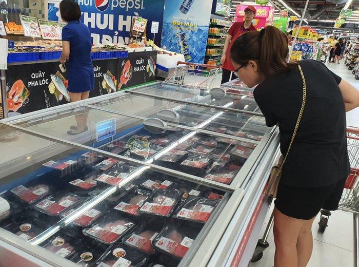 Thị trường thịt lợn: Siêu thị tăng giá nhẹ, chợ truyền thống nghe ngóng - Ảnh 1.