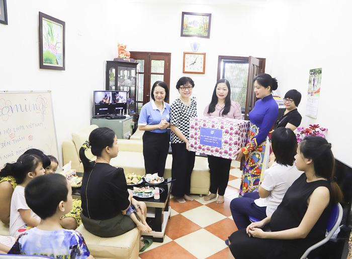 Hội LHPN Việt Nam tặng quà trung thu cho Ngôi nhà Bình yên  - Ảnh 1.