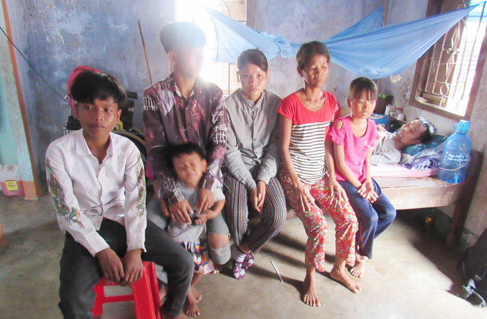 Chamalea Thị Xuyến cùng mẹ, các em và đứa con còn nhỏ dại