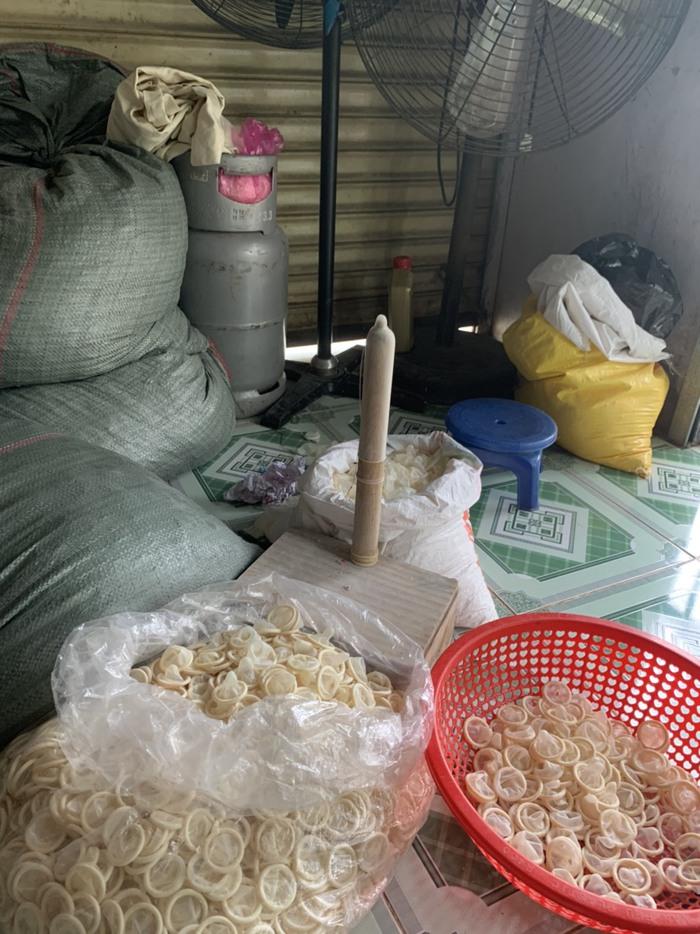 Phát hiện cơ sở tái chế 320.000 bao cao su đã qua sử dụng - Ảnh 1.