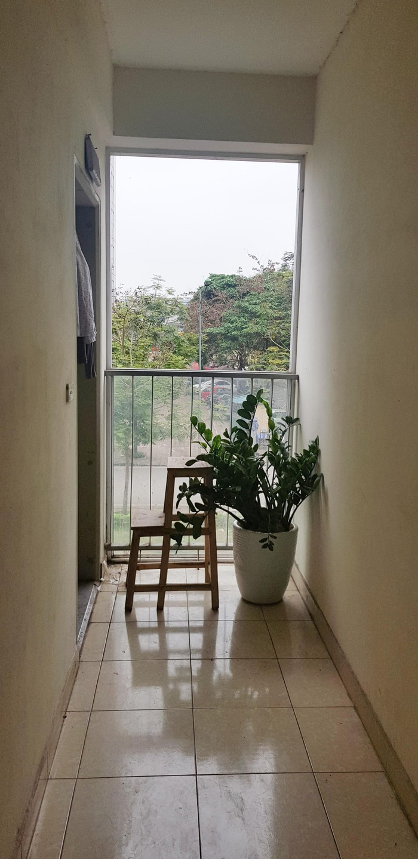 Hành lang tầng 2 của một chung cư khu đô thị Tây Nam Linh Đàm (Hà Nội) không có lưới an toàn, lại để ghế thang có thể khiến trẻ leo trèo dễ dàng