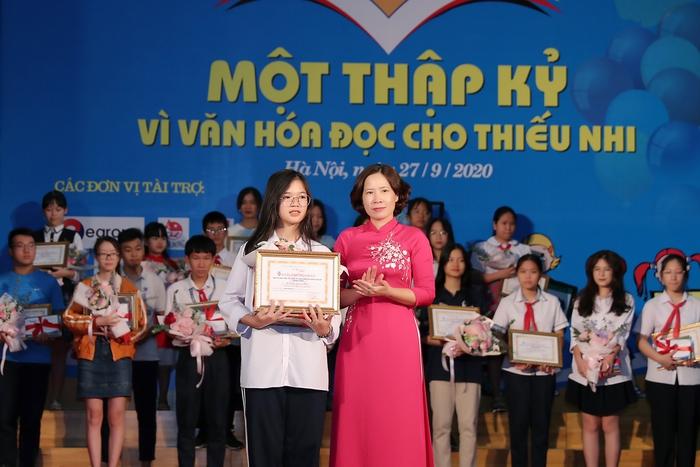 Bà Lê Kim Anh, Chủ tịch Hội LHPN TP Hà Nội trao giải cho thí sinh đạt giải Nhất