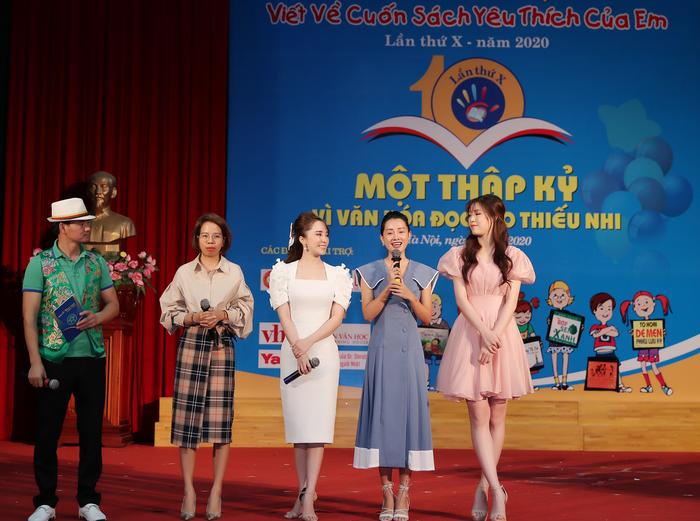NSƯT Xuân Bắc, nhà văn Mèo Xù cùng diễn viên Quỳnh Nga, MC Quỳnh Chi và Hoa hậu Phí Thùy Linh tại