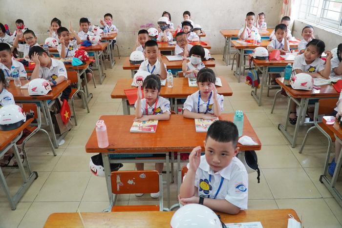 Giáo viên trường hòa nhập nỗ lực quên mình làm sách giáo khoa chữ nổi cho học sinh khiếm thính - Ảnh 1.