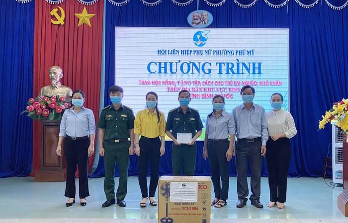 Phụ nữ Bình Dương trao học bổng cho học sinh nghèo Bình Phước   - Ảnh 1.