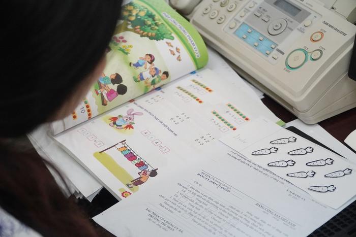 """Giáo viên trường hòa nhập nỗ lực quên mình """"làm"""" sách giáo khoa"""" chữ nổi cho học sinh khiếm thính lớp một - Ảnh 7."""