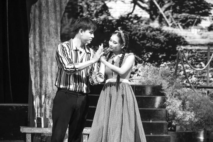 """Diễn viên Quang Trọng và Yến Nhi - người đảm nhận vai nữ chính Cẩm Phô trong nhạc kịch """"Trại hoa vàng"""""""