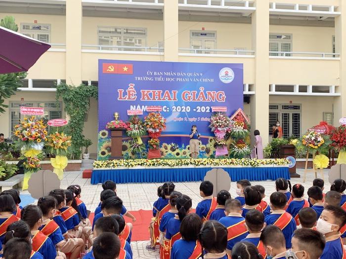 Phó chủ tịch nước Đặng Thị Ngọc Thịnh đánh trống khai giảng tại TPHCM - Ảnh 7.