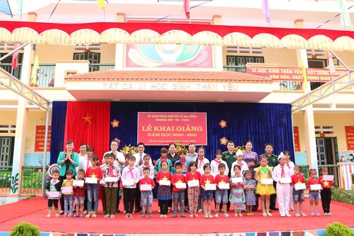 Chủ tịch Hội LHPN Việt Nam đến dự và trao 50 suất học bổng nhân ngày khai giảng năm học mới tại Lào Cai - Ảnh 1.