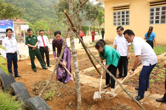 Chủ tịch Hội LHPN Việt Nam đến dự và trao 50 suất học bổng nhân ngày khai giảng năm học mới tại Lào Cai - Ảnh 2.